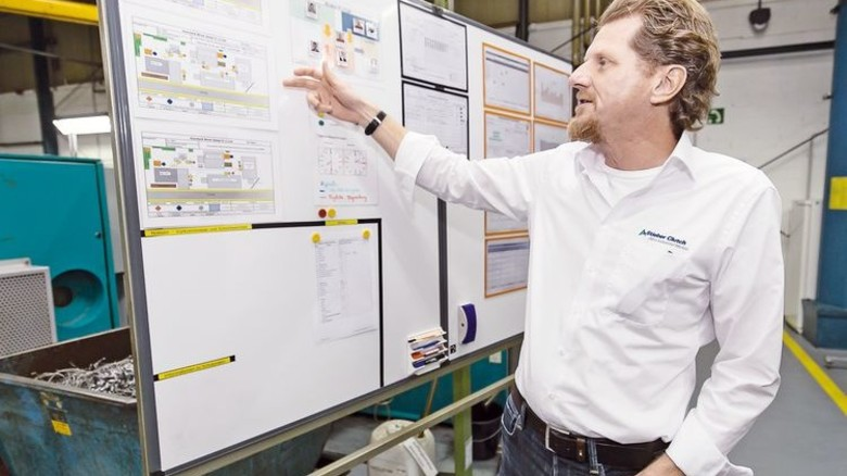 Jeder Schritt wird dokumentiert: Geschäftsführer Uwe Walter erklärt das Prinzip. Foto: Mierendorf