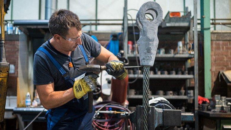 Präzise Handarbeit: Auch das gehört zur Produktion im saarländischen Kirkel.