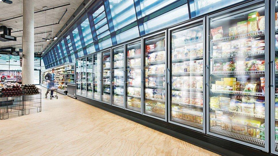 Alltäglicher Einkauf: Die Kühlung der Waren verbraucht weniger Strom – dafür sorgen Motoren von ebm papst.