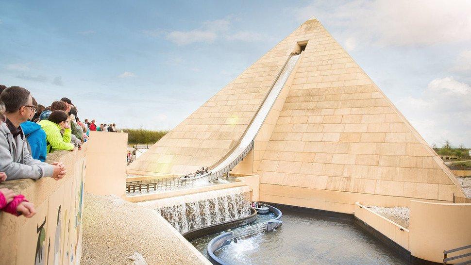 """Steile Abfahrt: Die 31 Meter hohe Pyramide ist das Aushängeschild des Freizeitparks und Mittelpunkt der Wildwasserbahn """"Fluch des Pharaos""""."""