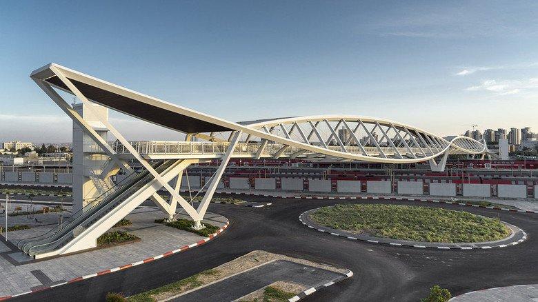 Starke Stahlverbindung: Auch in der 200 Meter langen Fußgängerbrücke in der Wüstenstadt Be'er Sheva (Isreal) stecken Stahlteile aus Dortmund.