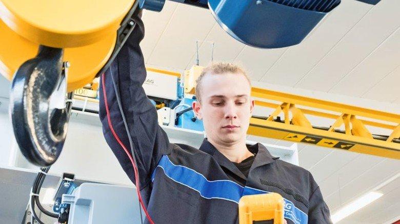 Mechatroniker-Job: Die angehende Fachkraft Marvin Ozimek überprüft bei Demag in Wetter mit einem Messgerät eine Krananlage Foto: Roth