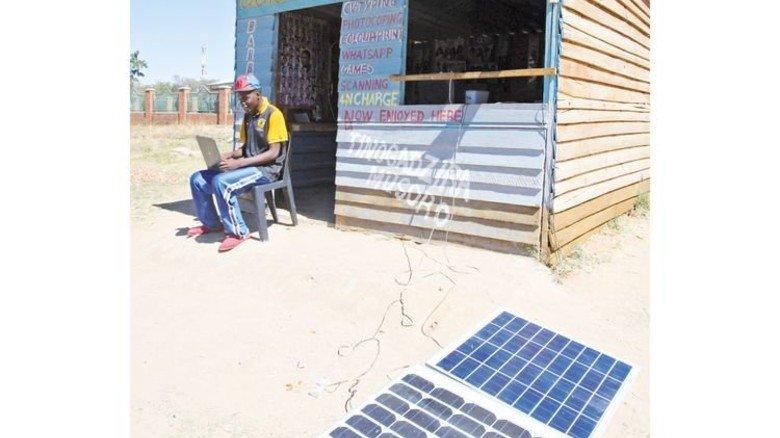 Sonniges Plätzchen: Während dieser Afrikaner sein Laptop mit Solarenergie betreibt, warten 600 Millionen Afrikaner noch auf einen verlässlichen Stromanschluss. Foto: Reuters