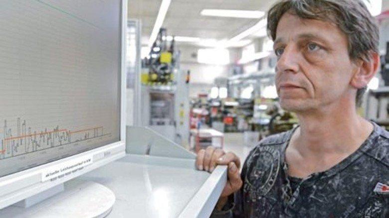 Effizienz im Blick: Olaf Schönfeld kontrolliert den aktuellen Energieverbrauch. Foto: Sturm