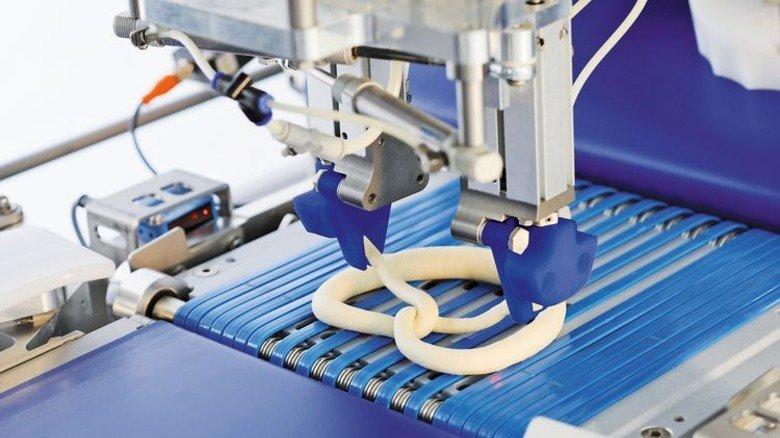 Die neuste Generation der Bäckereimaschinen schafft bis zu 20.000 akkurat geknoteter Brezel pro Stunde. Foto: Werk