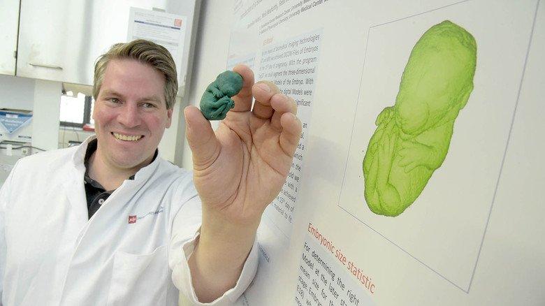 Mäuseembryo aus dem 3-D-Drucker: Jan Baumgart präsentiert sein Projekt zur Schulung von Tierpflegern.