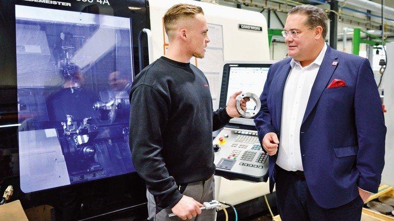 Gedankenaustausch: Fabian Maurer, Geschäftsführer von Ringspann in Bad Homburg, im Gespräch mit Industriemechaniker Nils Dettbarn.