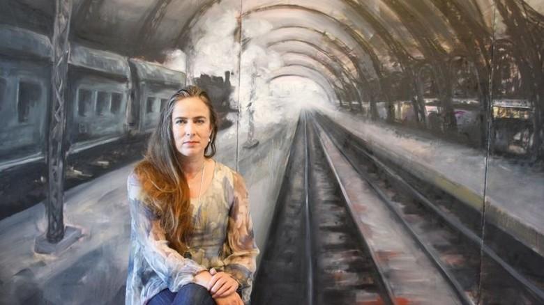 Zwei Welten: Die Bremerin vor einem ihrer Kunstwerke … Foto: Privat
