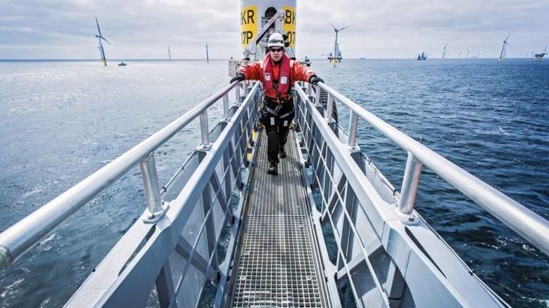 Das bietet kein anderes Schiff: Über die Gangway können die Monteure ihren Arbeitsplatz auf der Turbine sicher und bequem erreichen. Foto: Werk