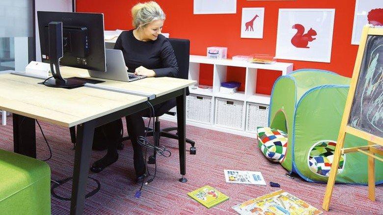 Arbeitsplatz mit Kuschelecke: Julia Haefeli im Eltern-Kind-Raum der Philips-Zentrale. Foto: Christian Augustin