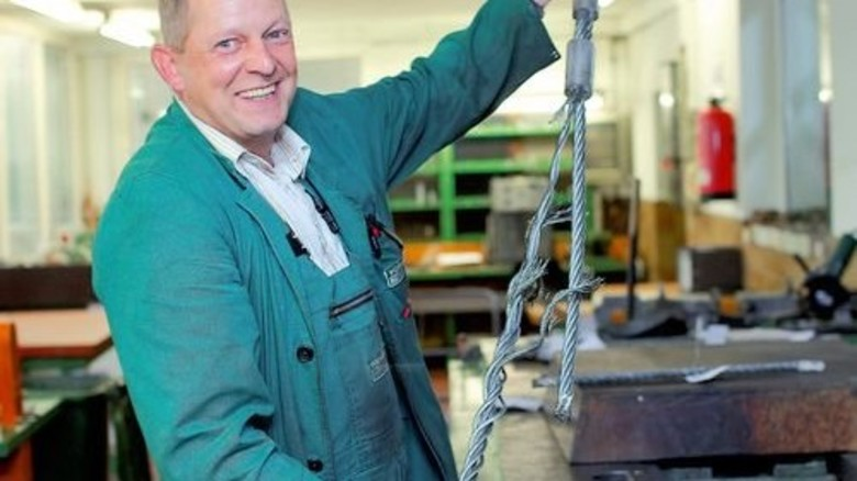 Harter Qualitätstest: Materialprüfer Otto Schwedt zeigt ein zerstörtes Seil. Foto: Lorenczat