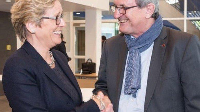 Einig nach langen, harten Verhandlungen: Angelique Renkhoff-Mücke vom Arbeitgeberverband vbm und Jürgen Wechsler, der Bezirksleiter Bayern der IG Metall. Foto: vbm