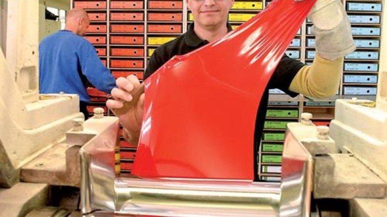 Stimmt die Farbe? Farbprüfer Rudolf Starck zieht sich ein Muster. Foto: Sandro