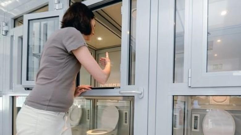 Zitronig frisch: Lisa Ruland prüft die Luft in einer Riechkabine. Foto: Wirtz