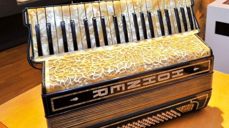 Ein wahres Prunkstück: Im Museum findent man edel verzierte Akkordeons. Foto: Sigwart
