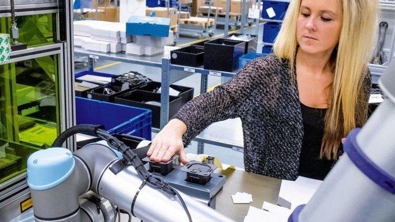 Ohne Schutzzaun: Barbara Pyka und ihr Roboter bei der Montage. Foto: Roth