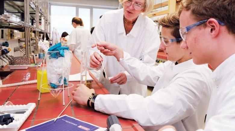 Exakt arbeiten: Laborleiterin Andrea Norpoth-Hambüchen erklärt, wie's geht. Foto: Wirtz