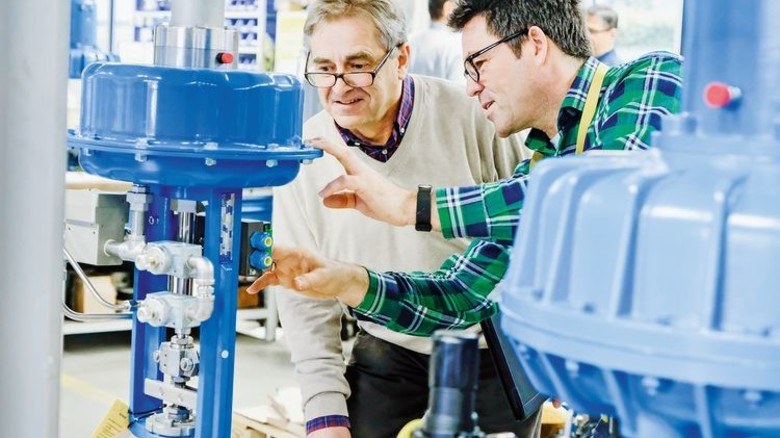 In der Fertigung: Gentges mit Maschinenbautechniker Christian Fladt an einem Regler für ein Kraftwerk. Foto: Roth