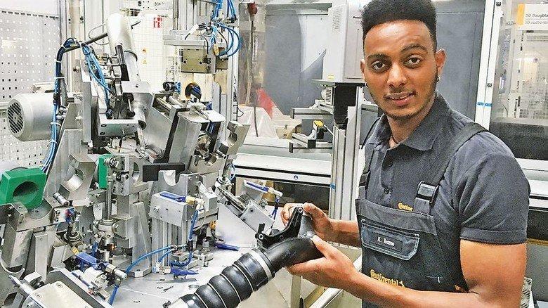 Komplexe Maschine: Azubi Kibrom Teame will Anlagenführer werden. Foto: Continental