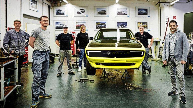 Neustart: Das Opel-Team, Mitarbeiter aus verschiedenen Abteilungen, zeigt sich mit dem Oldtimer nach der Wandlung zum e-mobilen Flitzer.
