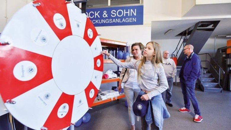 Beliebt bei Groß und Klein: Das Glücksrad kam besonders gut an, es gab zahlreiche Preise zu gewinnen. Foto: Augustin