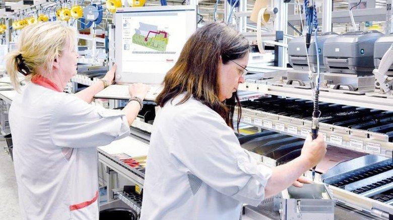 Montagetipps: Bei Bosch Rexroth in Erbach hilft eine Schritt-für-Schritt-Anleitung auf dem Monitor am Arbeitsplatz. Foto: Scheffler