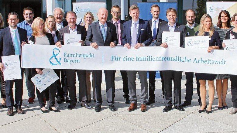 Bayernweites Netzwerk: Der Familienpakt zählt rund 600 Mitglieder. Einige, die neu dabei sind, trafen sich jüngst in Hof. Foto: Familienpakt