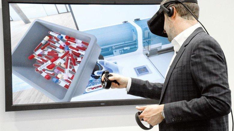 Virtuell in der Anlage: Mithilfe spezieller Griffe kann man selber hantieren. Foto: Sandro