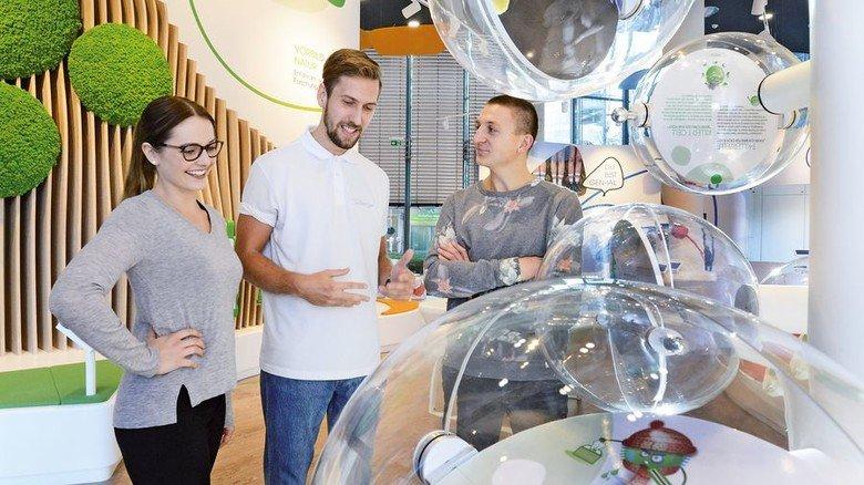 Was macht die Immunabwehr? Showroom-Besucher informieren sich über das Thema Gesundheit. Foto: Sturm
