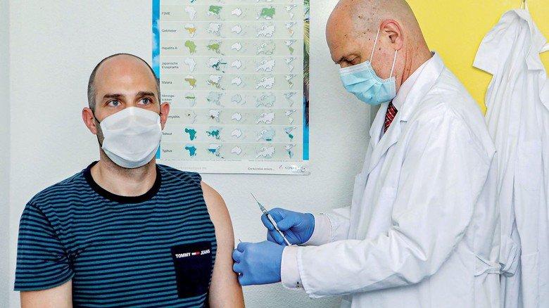 Corona-Impfstofftest in Tübingen: Ein Mediziner spritzt einem Mann das Präparat der Firma Curevac.