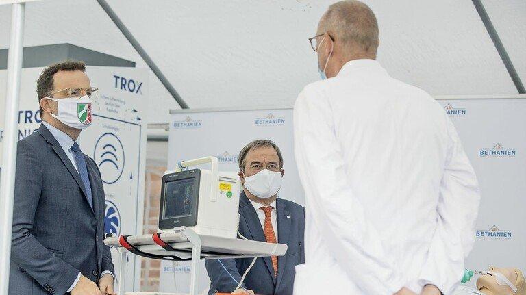 Hoher Besuch: Gesundheitsminister Jens Spahn (links) und NRW-Ministerpräsident Armin Laschet (Mitte) mit Dr. Thomas Voshaar. Der Chefarzt der Lungenklinik am Bethanien-Krankenhaus Moers ist Berater der Firma  Trox und von Minister Spahn.
