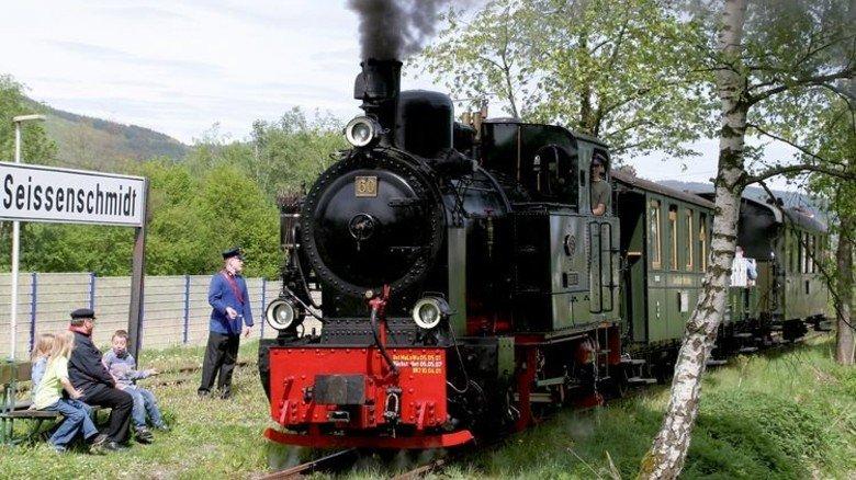 """Dampfross: Die """"Bieberlies"""" vor einem Museumszug der Sauerländer Kleinbahn. Foto: Jung"""