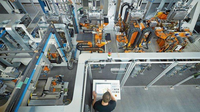 Viel Technik: Blick in die Fertigung von BSH Hausgeräte in Traunreut, dem Arbeitsplatz von Industriemechaniker Dominik da Silva-Göbl. Foto: Werk