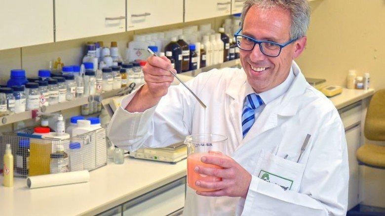Entwickeln: Forschungsleiter Thomas Meyer und seine Mitarbeiter können für ihre Rezepturen auf 15.000 Rohstoffe zugreifen. Foto: Sandro