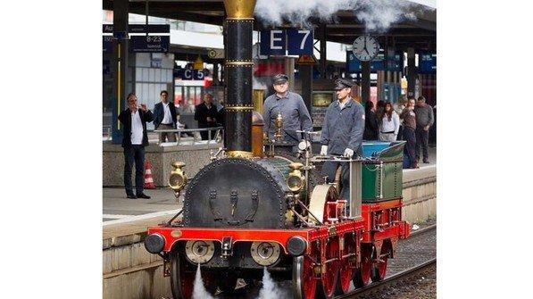 """Nachbau der Dampflok """"Adler"""": Das Original fuhr das erste Mal 1835 zwischen Nürnberg und Füth. Es war eine Premiere in Deutschland. Das erste Dampfross überhaupt wurde 1804 von dem Briten Richard Trevithick konstruiert. Foto: dpa"""