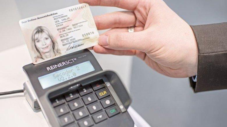 Perfekte Abstimmung: Über die NFC-Schnittstelle erkennt das Kartenlesegerät die Daten. Foto: dpa