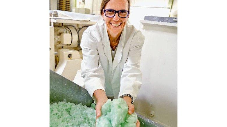 Wie gut das duftet: Patricia Kappus-Becker mit grüner Seifenmasse. Foto: Scheffler