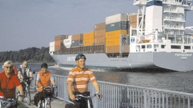 Nord-Ostsee-Kanal: Vorbei am großen Containerfrachter. Foto: TAG NOK