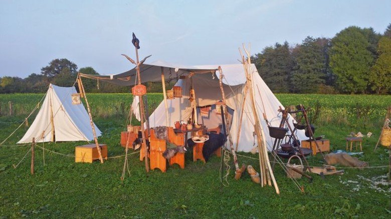 Wie die Ritter: Die Romahns fahren regelmäßig zu Mittelalter-Events, … Foto: Privat