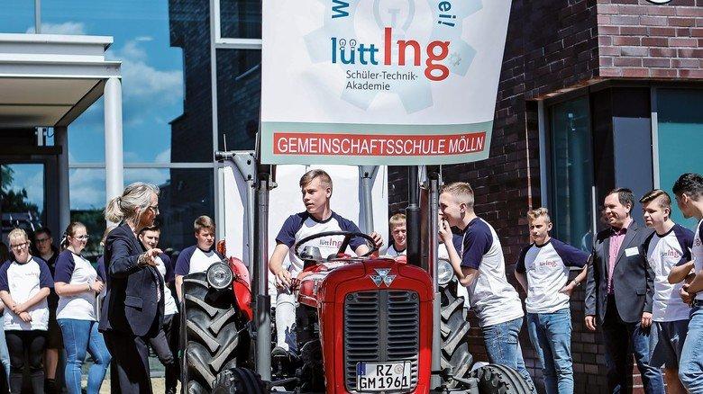 Faszination Technik: Die Schüler der Gemeinschaftsschule Mölln beschäftigten sich mit einem alten Traktor.