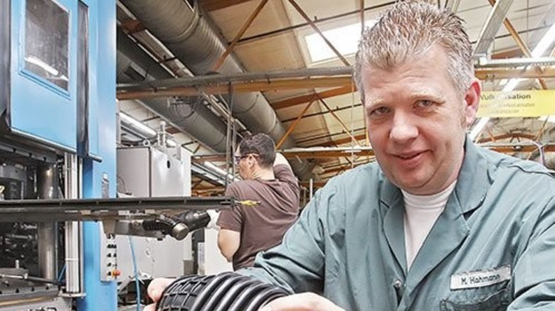 """Markus Hohmann (mit Elastomerteilen für Luftansaugungen): """"Hier im Betrieb kennt man sich seit Jahren."""" Foto: Gossmann"""