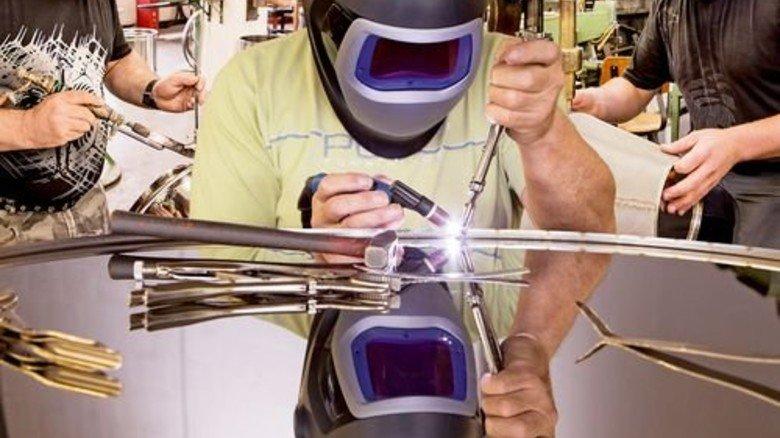 Ganz genau: Die Produktion ähnelt der in einem Handwerksbetrieb. Foto: Junker