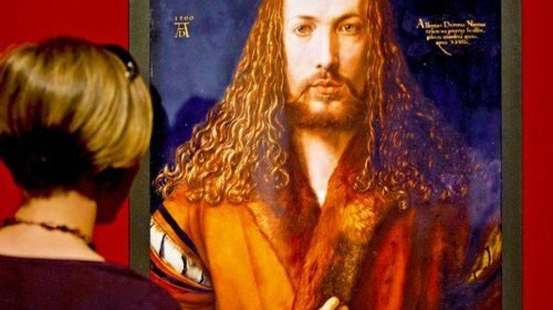 Berühmtes Werk: Besucherin vor dem Selbstbildnis Albrecht Dürers. Foto: dpa