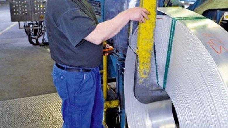 Gut gerollt: Martin Lippert begutachtet das aufgewickelte Metallband. Foto: Sigwart