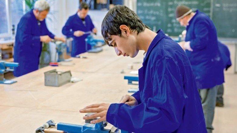 Lehrwerkstatt: Zwei von drei Flüchtlingen wollen einen Beruf erlernen. Foto: dpa