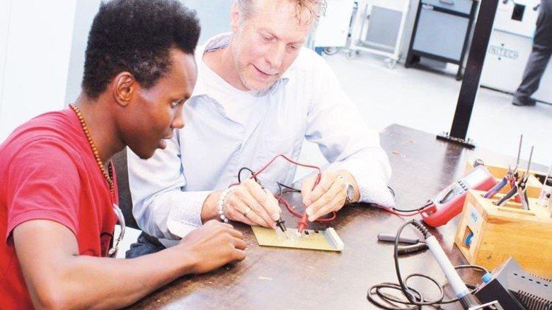 Orientierung: Boubacar Barry lernt im Praktikum Grundlagen der Elektrotechnik kennen. Foto: Werk