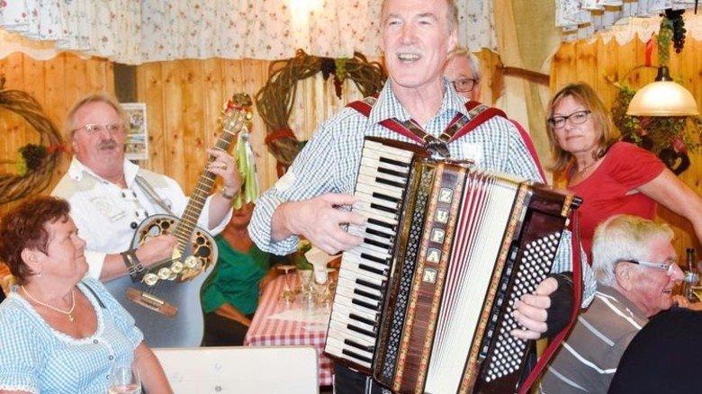 Stuttgart: Weinselig bei schwäbischen Spezialitäten und Musik. Foto: Veranstalter