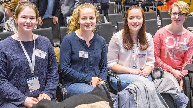 Hatten viele Fragen: Kim Rüdiger, Caroline Wierling, Johanna Licht und Anna-Lena Hauer aus Burgdorf (von links). Foto: Herzig