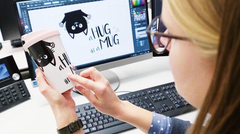Viel Arbeit am Rechner: Eine Mitarbeiterin tüftelt an einem Design.