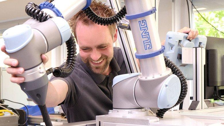 Zupackend: Daniel Wagener bringt neuen Robotern Bewegungen bei.